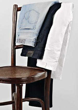 Verschiedene Angels Hosen auf einem Stuhl